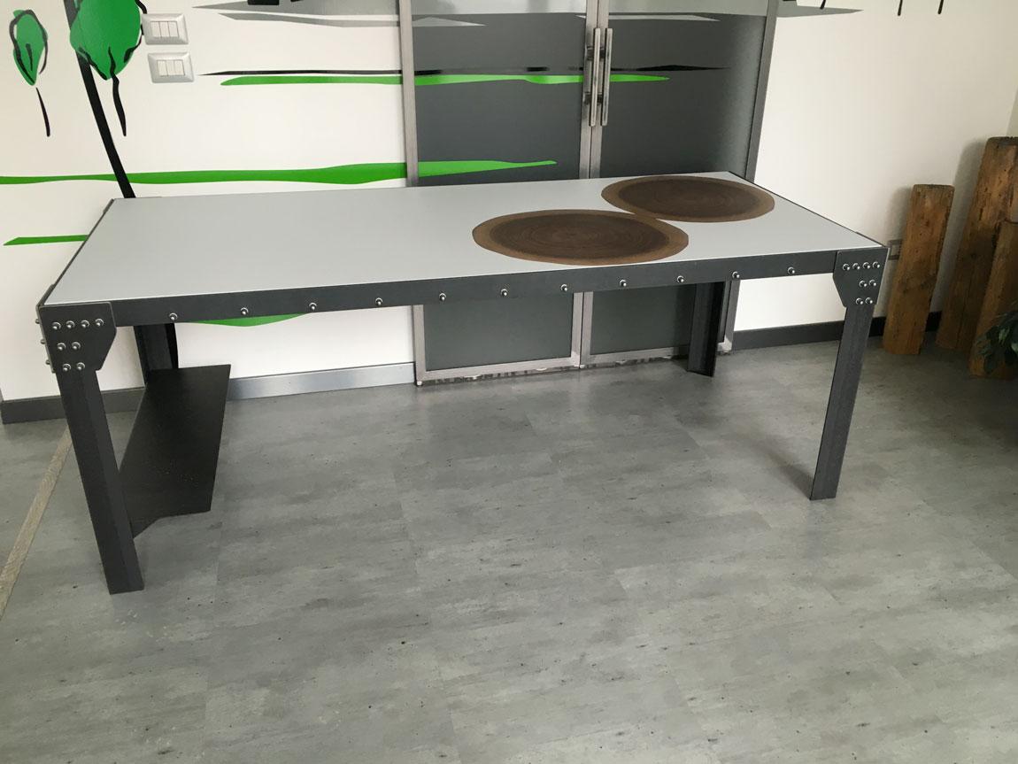 Tavolo in acciaio